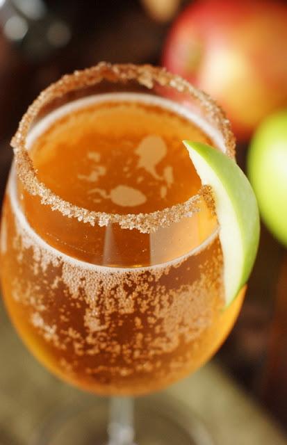 Sparkling-Apple-Pie-Cocktail-with-Cinnamon-Sugar-Rim 1
